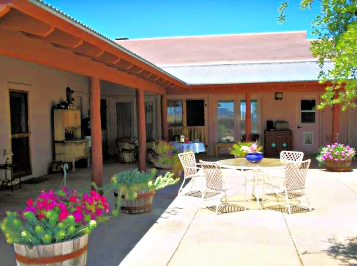 Rancho Milagro B&B courtyard
