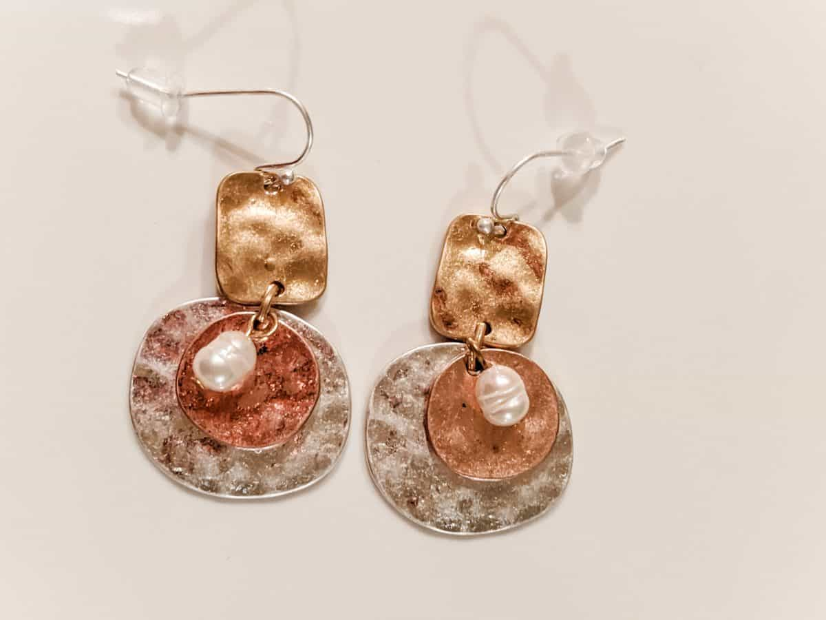 Mixed hammered disk metal earrings with pearls